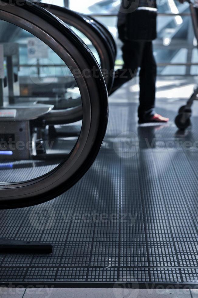 les gens d'affaires se précipitant sur l'escalator photo