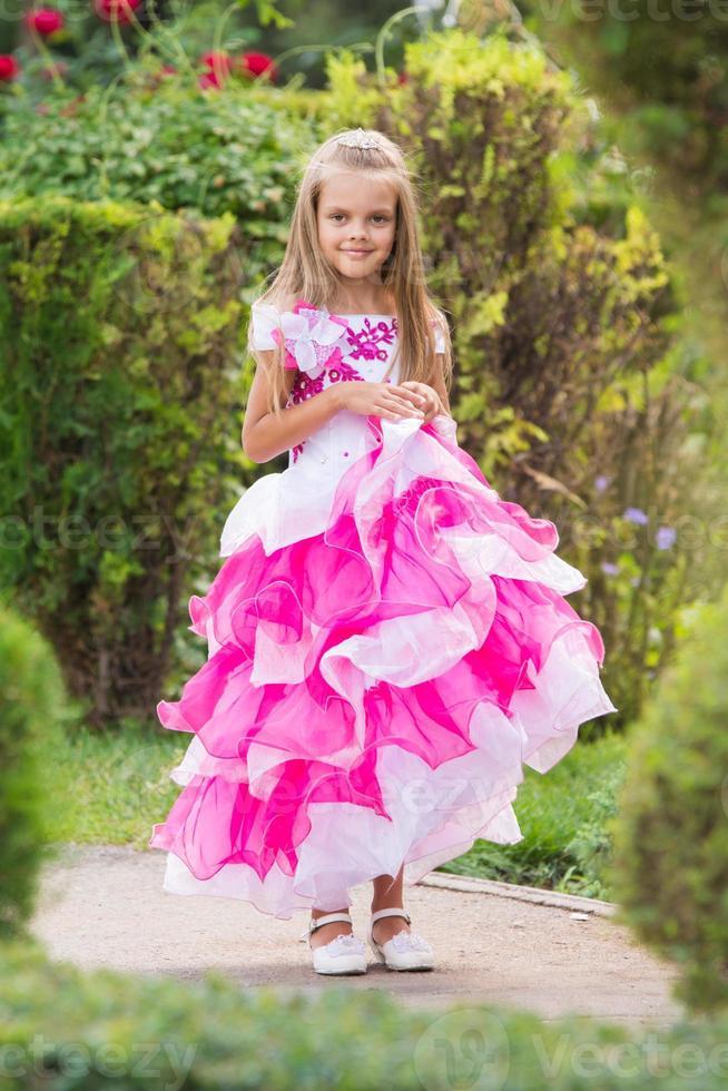 fille en robe de soirée dans un jardin verdoyant photo