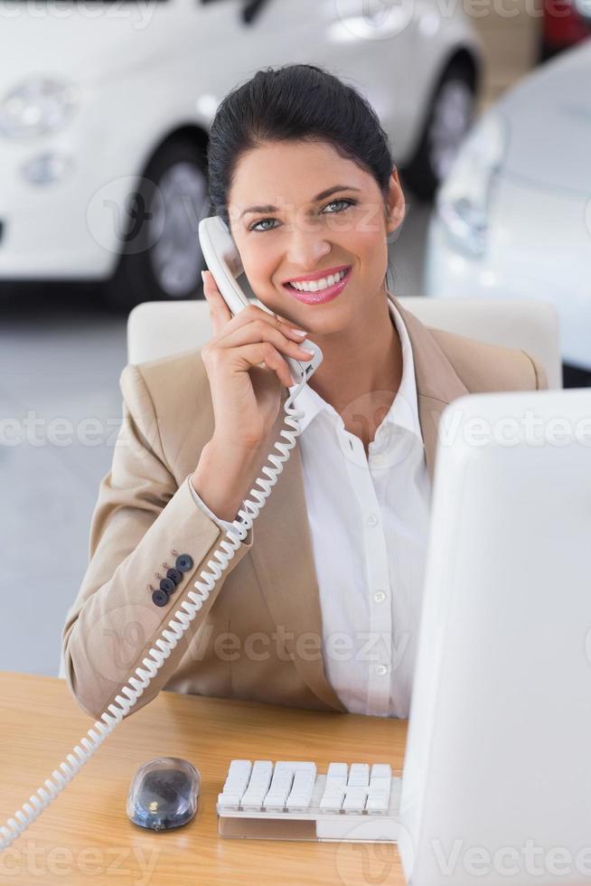 homme d'affaires souriant, faire un appel téléphonique photo