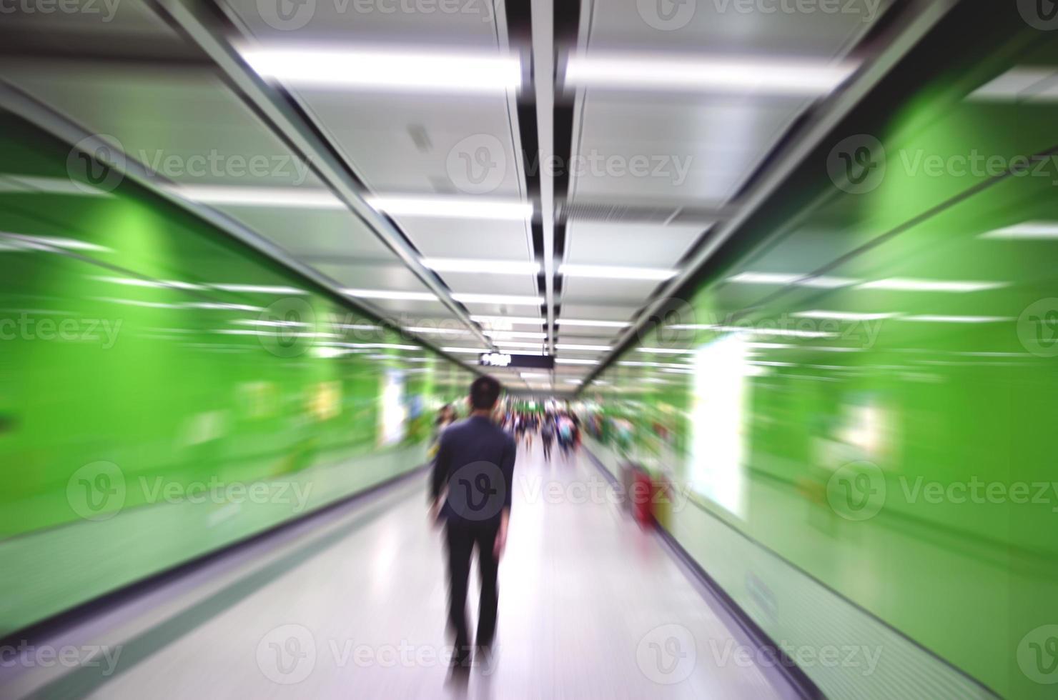 activités des gens d'affaires, promenade dans le passage souterrain. photo