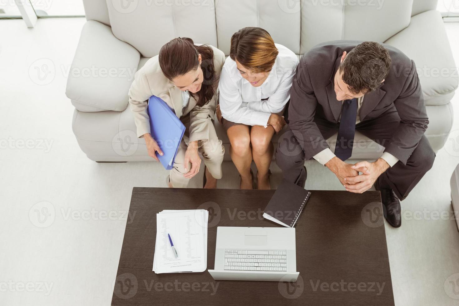 jeunes gens d'affaires à l'aide d'un ordinateur portable photo