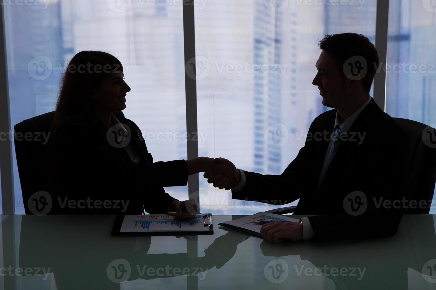 gens d'affaires se serrant la main au bureau photo