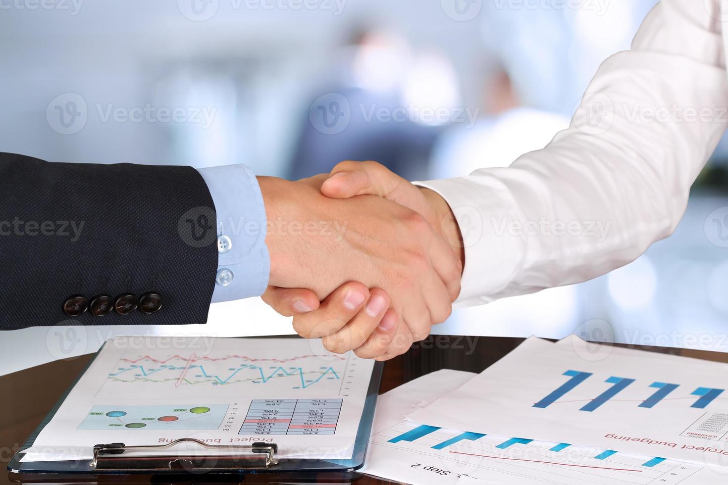 image d'une poignée de main ferme entre deux collègues au bureau photo