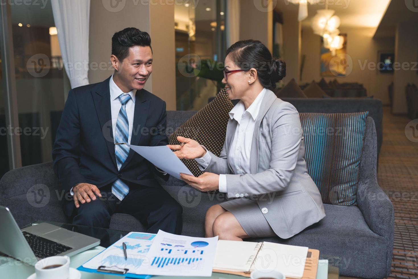 réunion d'affaires dans une ambiance agréable photo