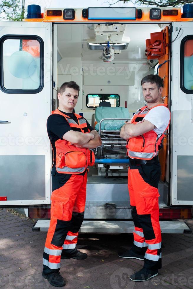 paramédicaux de sexe masculin à l'extérieur de l'ambulance photo
