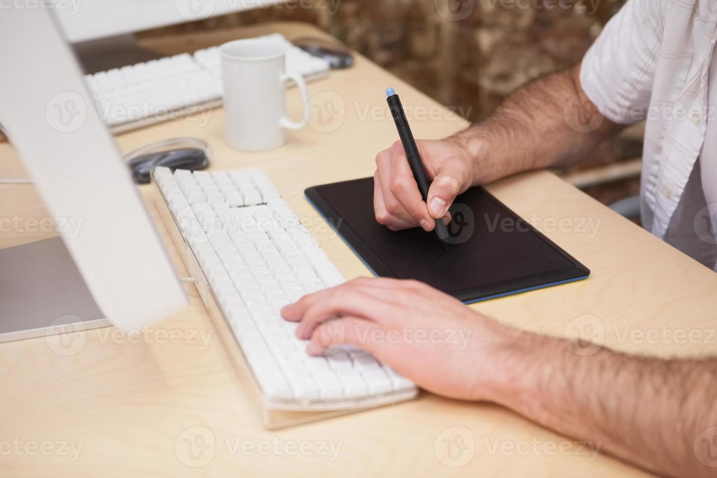 artiste dessin quelque chose sur tablette graphique photo