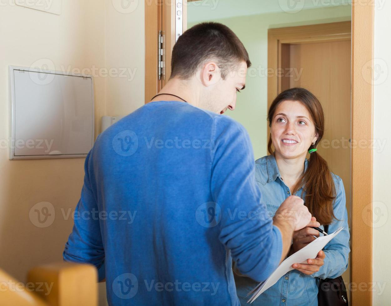 questionnaire homme souriant à la porte photo