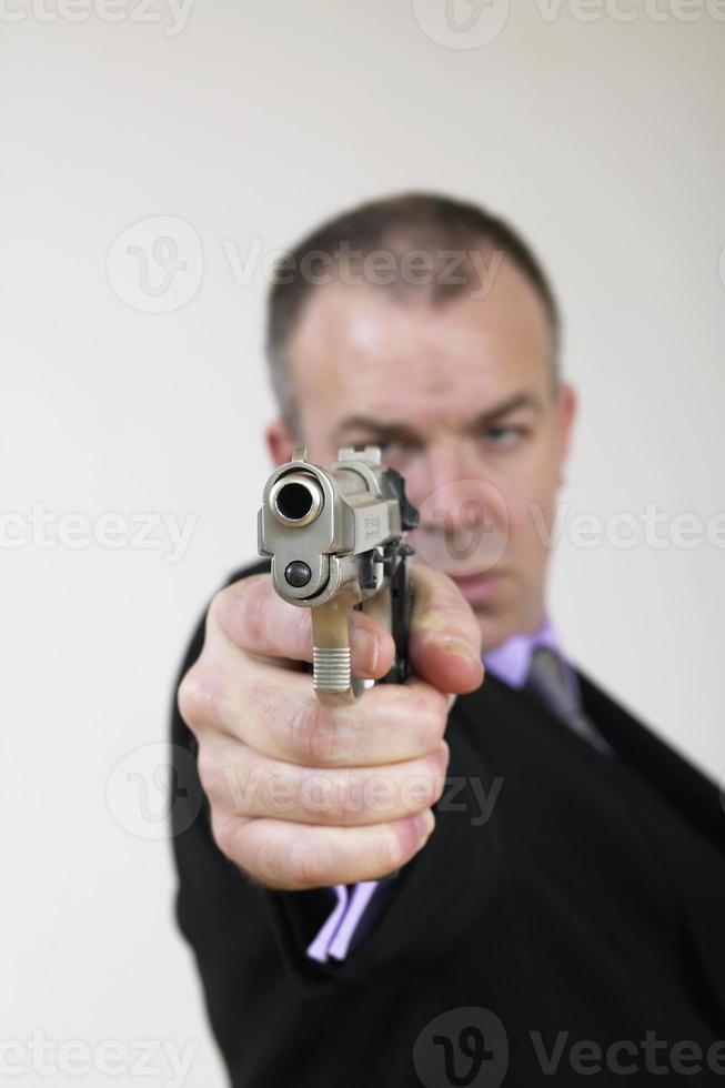 homme en costume avec pistolet photo