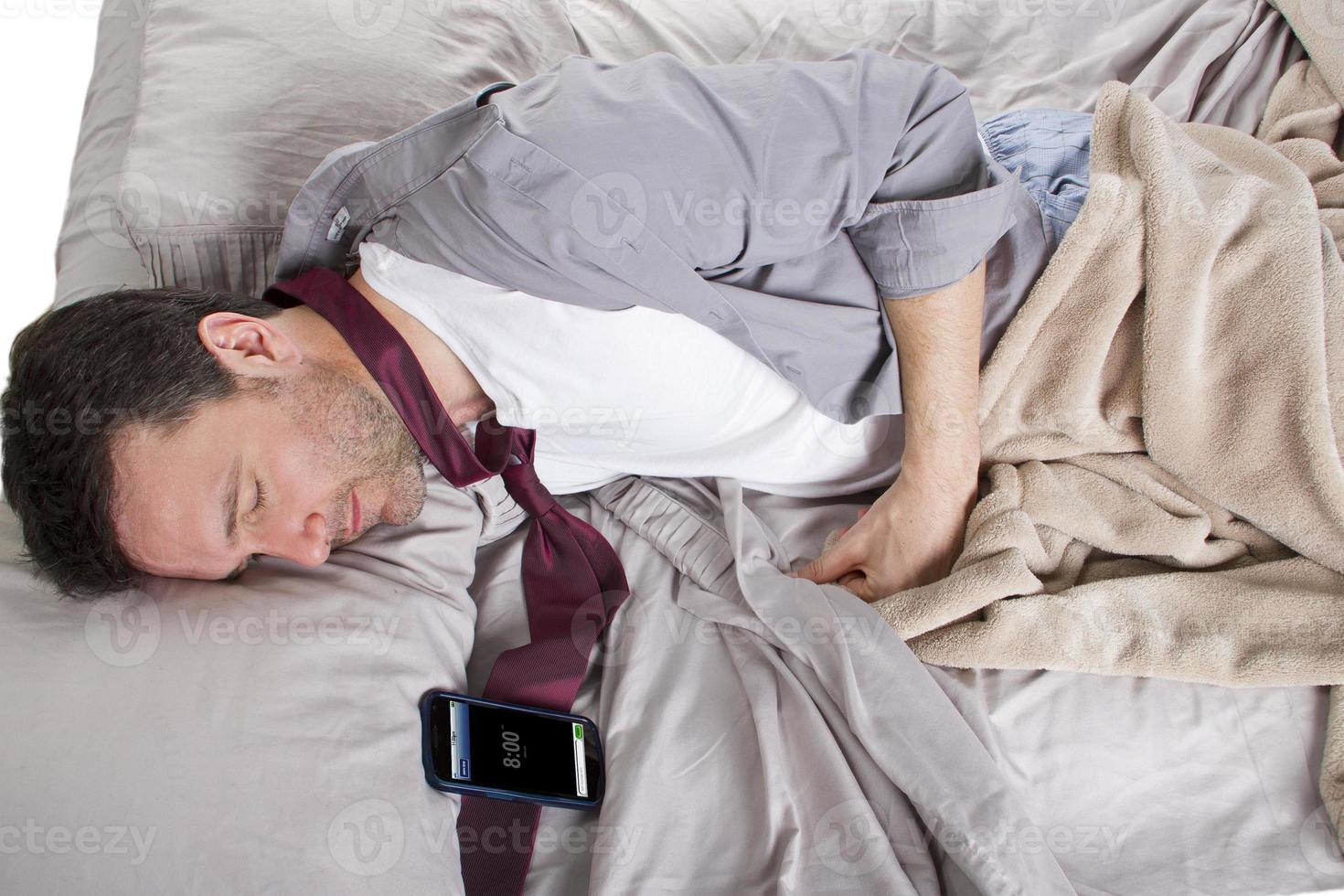 employé tardif dormant et tard pour le travail photo