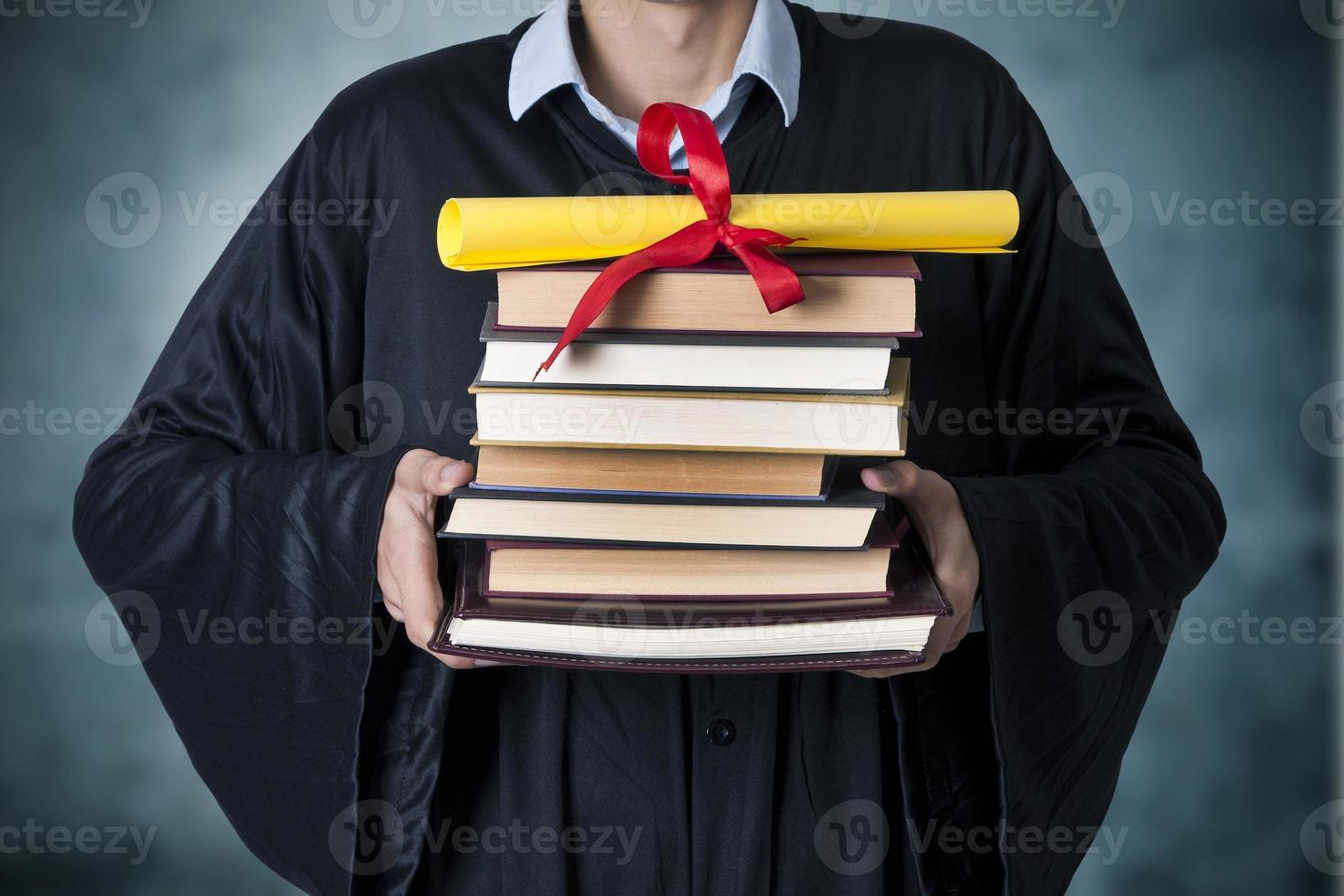diplômé avec livres et diplôme photo