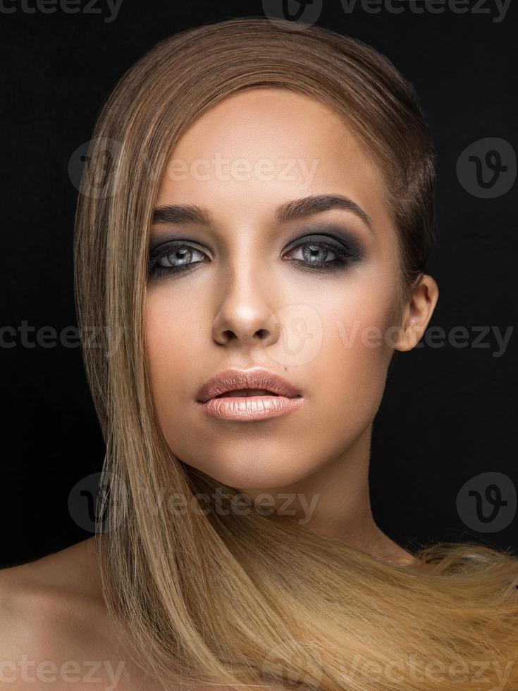 portrait de jeune fille sur fond noir photo