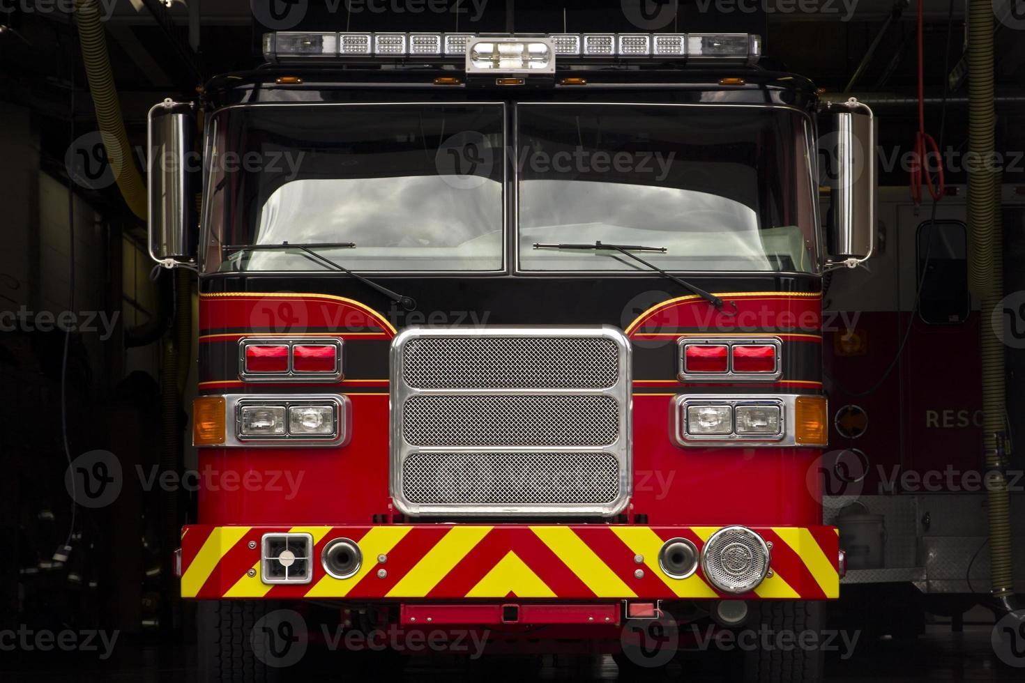 camion de pompiers dans le garage de la gare photo