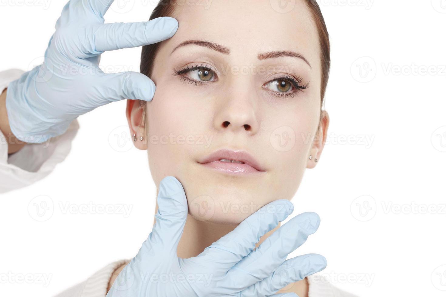 jolie femme reçoit un traitement de beauté photo
