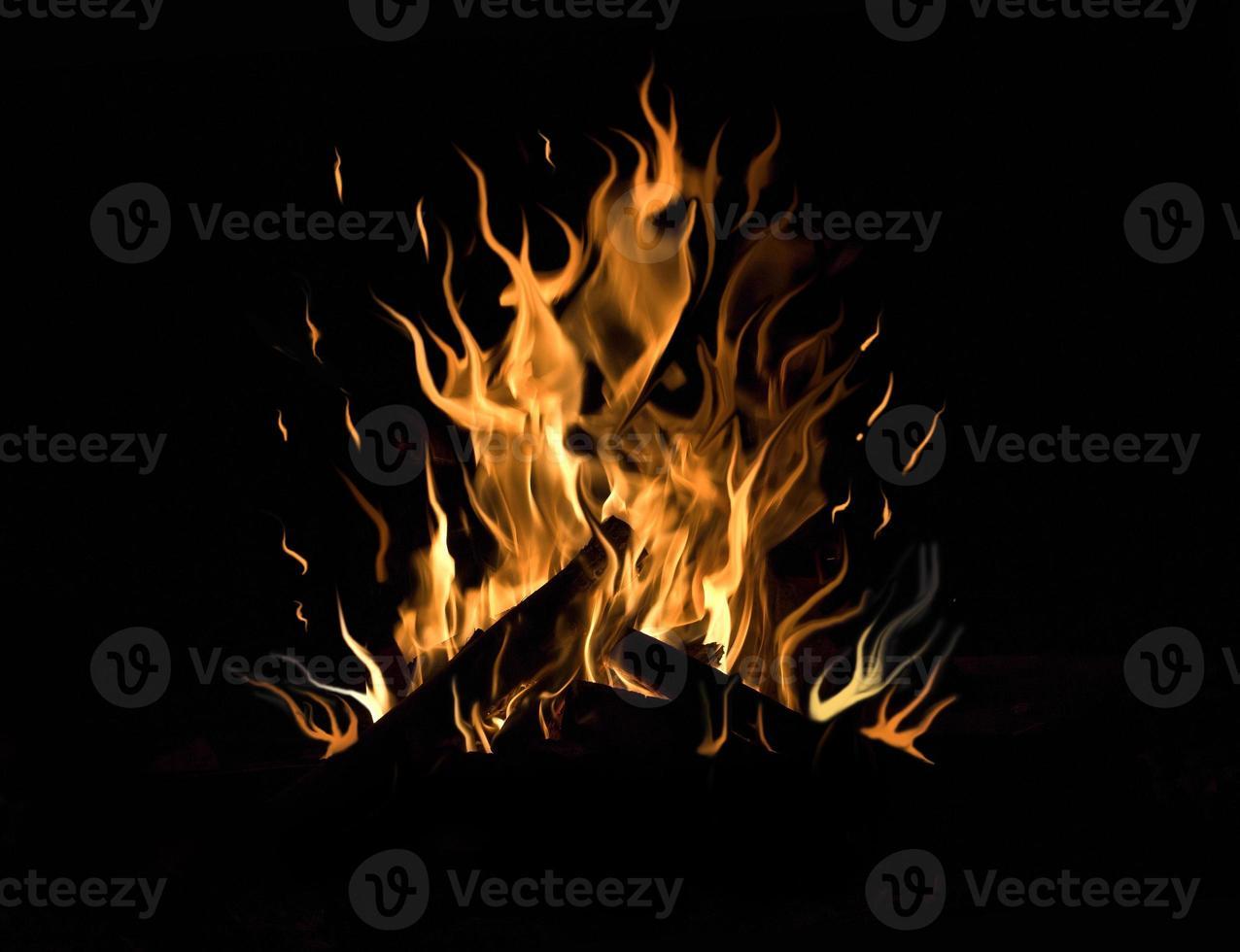 feu de joie sur fond noir photo
