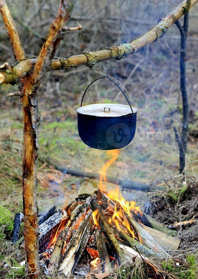 bouilloire touristique sur feu de camp photo