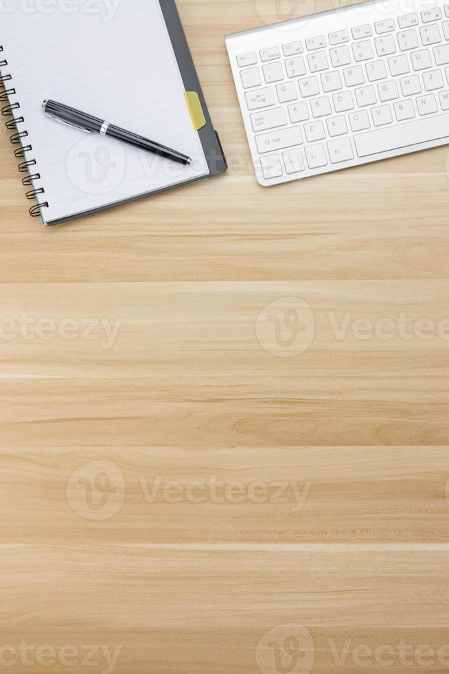 fournitures de bureau sur le bureau en bois photo