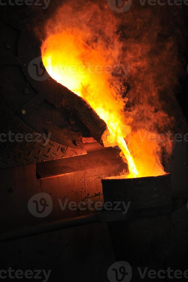 fonderie avec coulée de métal en fusion photo