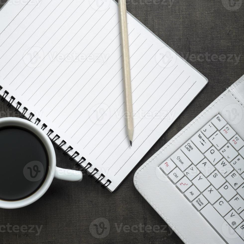 bloc-notes vierge, ordinateur portable et tasse de café photo