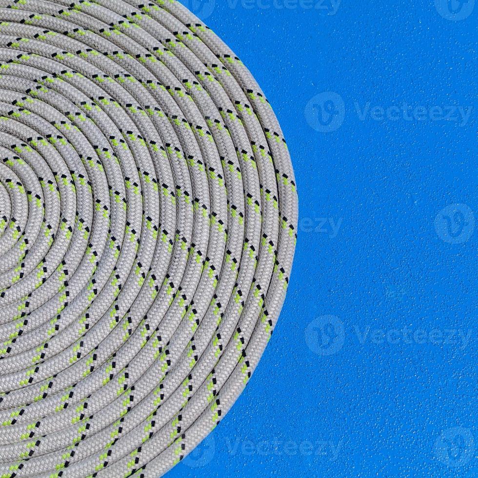la corde enroulée dans une spirale sur le détail du yacht de voilier. photo