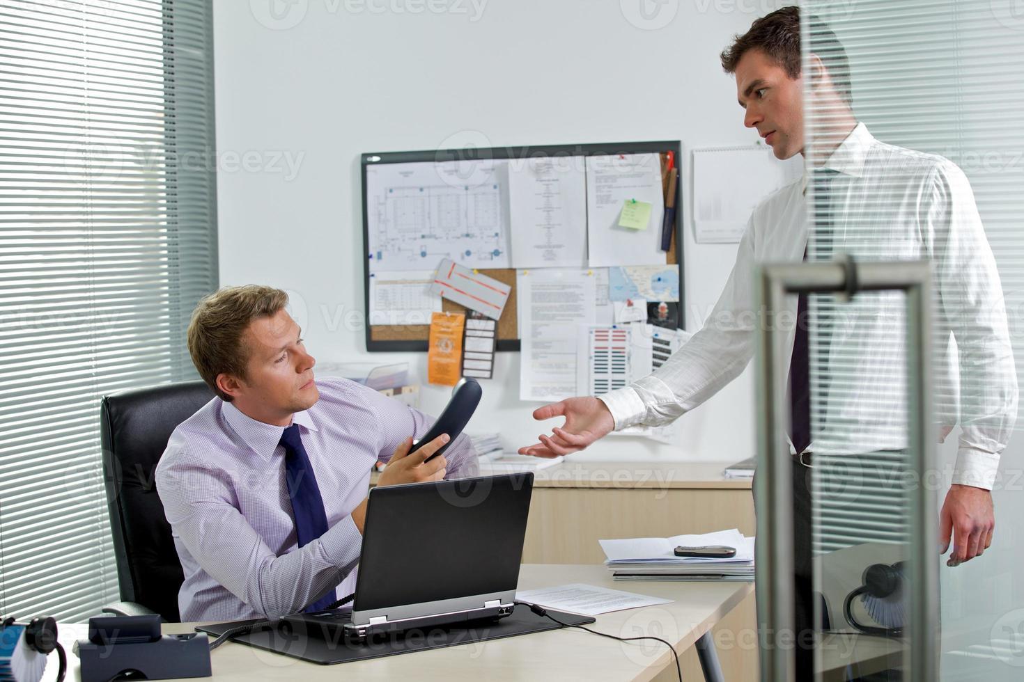 homme affaires, donner, téléphone, collègue photo