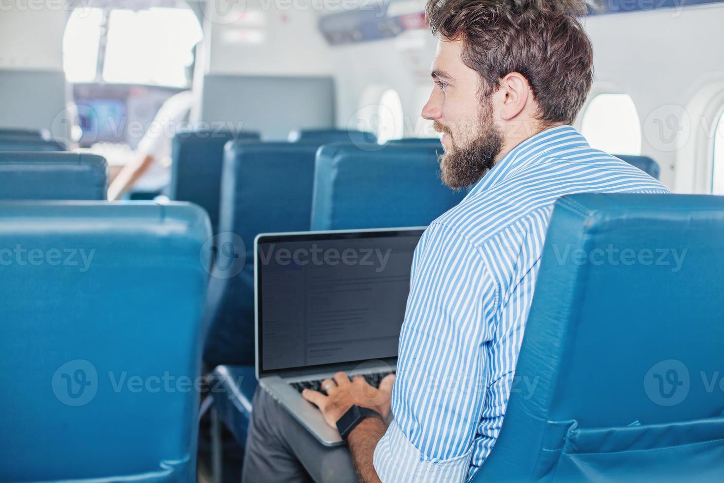 homme faisant des affaires dans l'avion photo