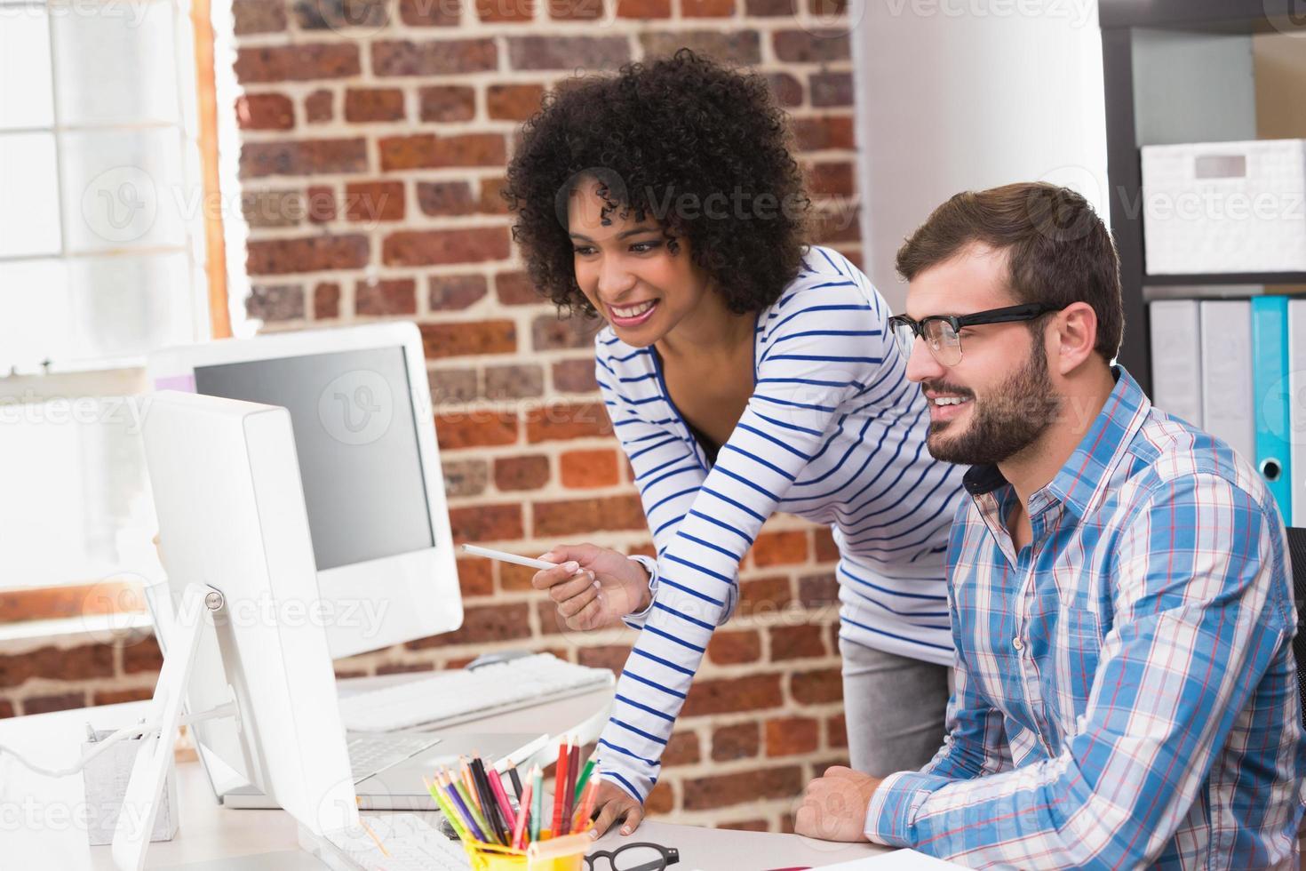 éditeurs de photos utilisant un ordinateur au bureau