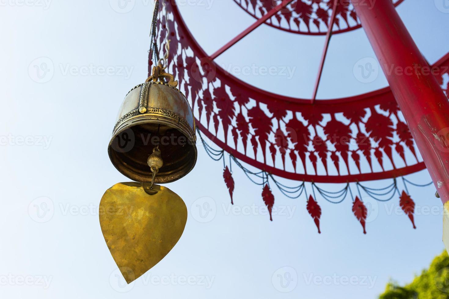 cloche suspendue à un parapluie traditionnel en métal photo
