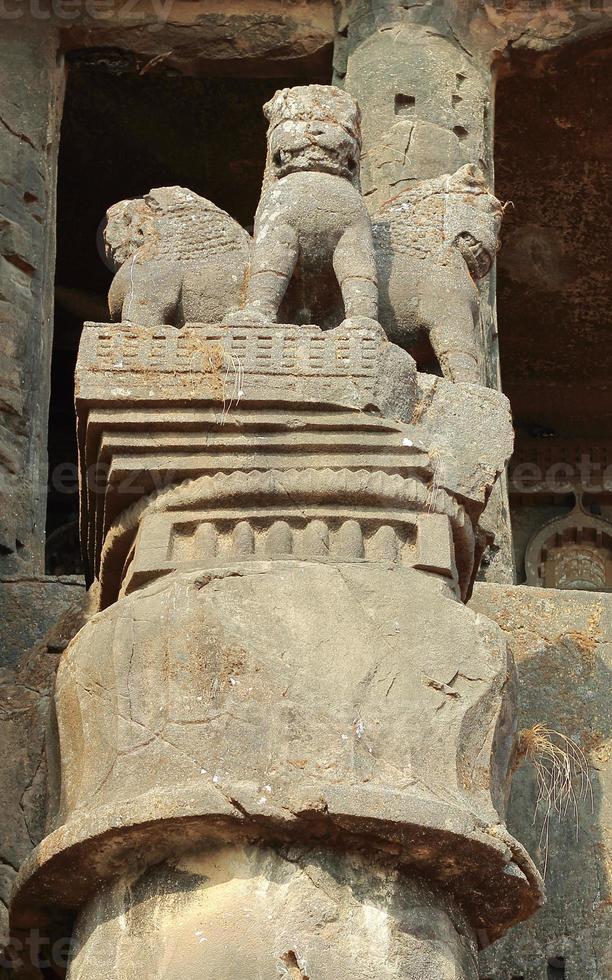 Pilier d'Ashoka dans les grottes karla bouddhistes en Inde photo