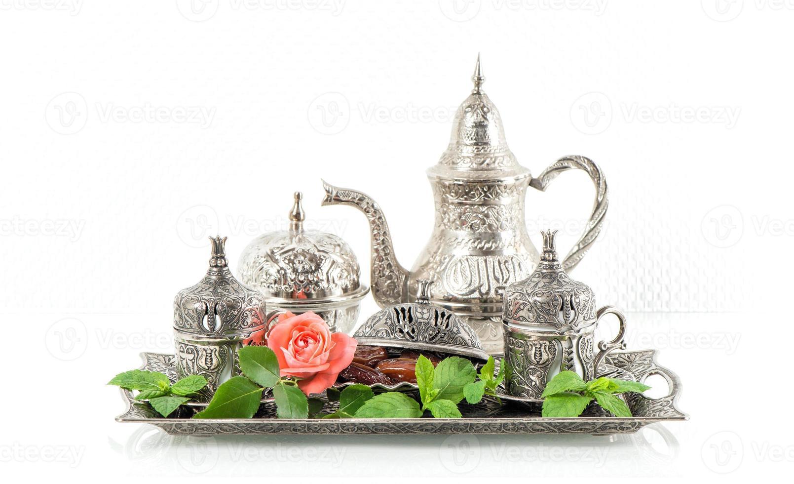 vacances table de thé avec feuilles de menthe et fleur rose. photo