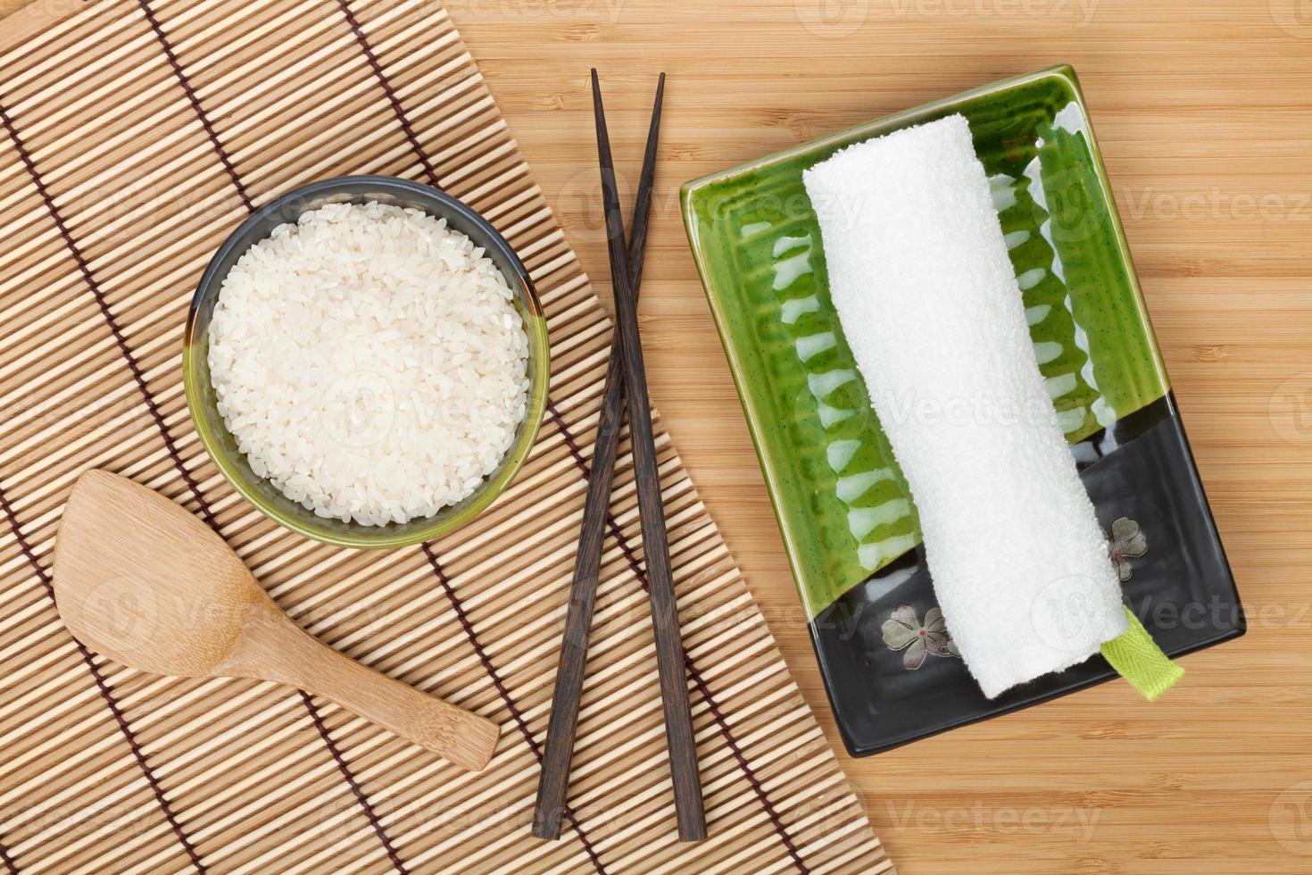 ingrédients et ustensiles de cuisine japonaise photo