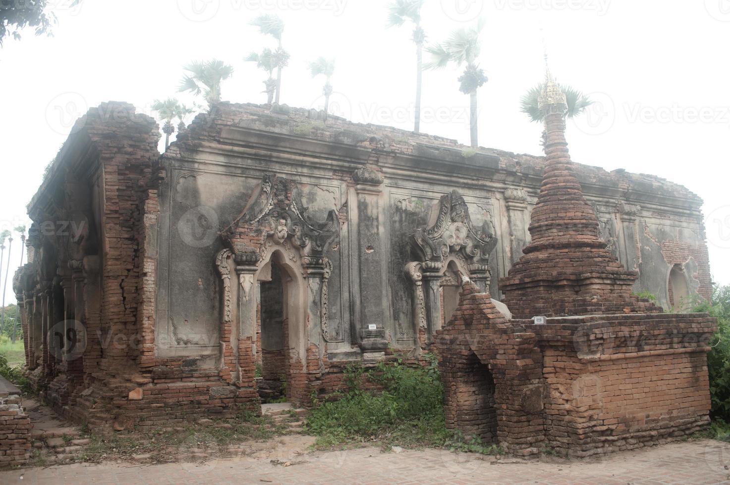 Complexe de la pagode Yadana Hsemee au Myanmar. photo