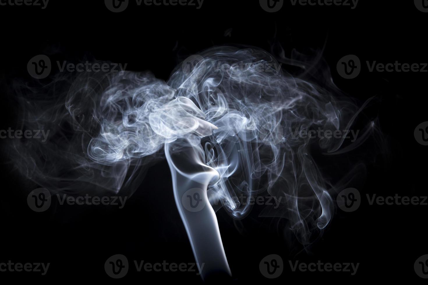fumée sur fond noir photo