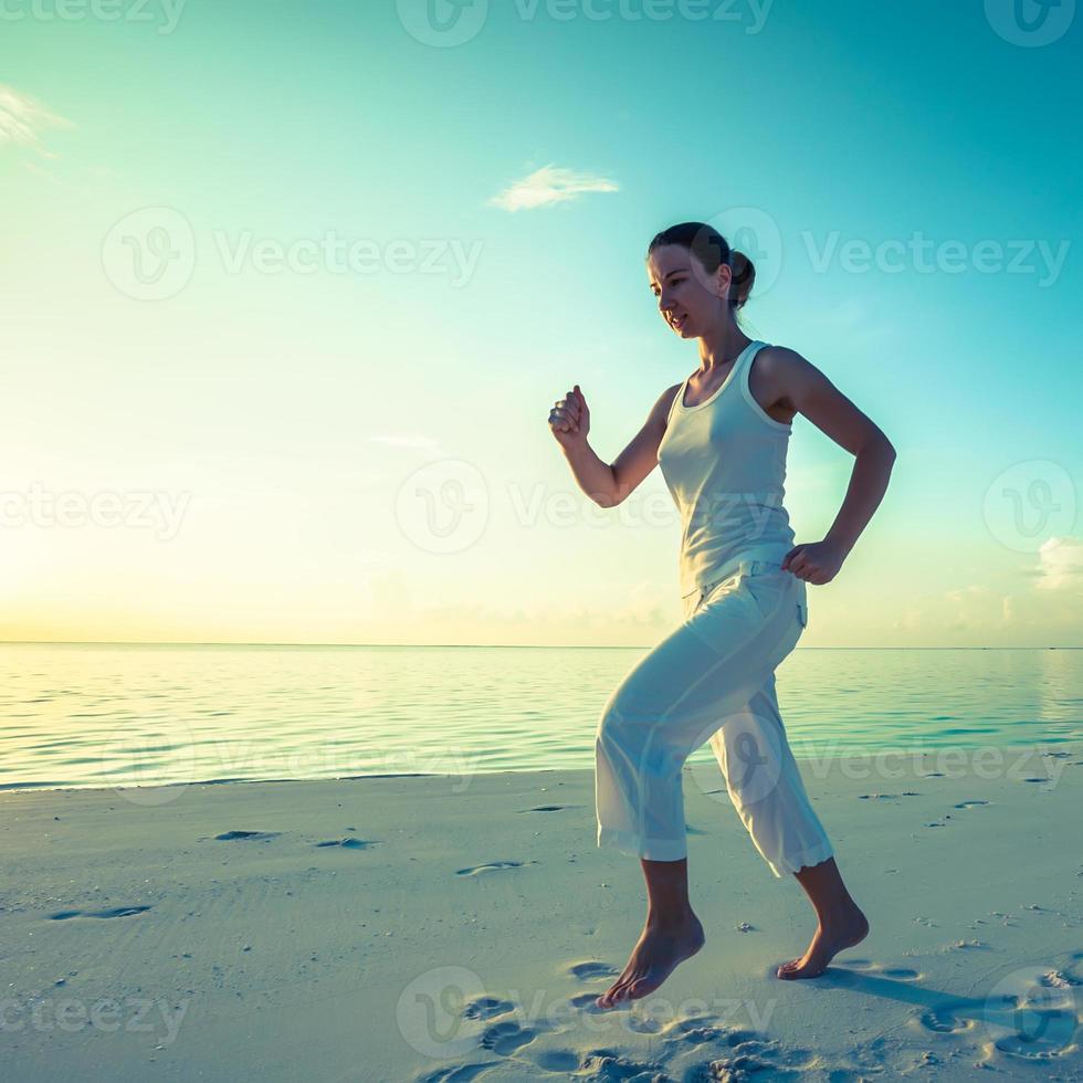 femme caucasienne, jogging, à, bord mer photo