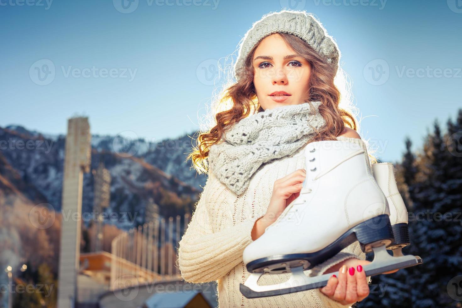 heureux, caucasien, femme, aller, patinage glace, extérieur photo