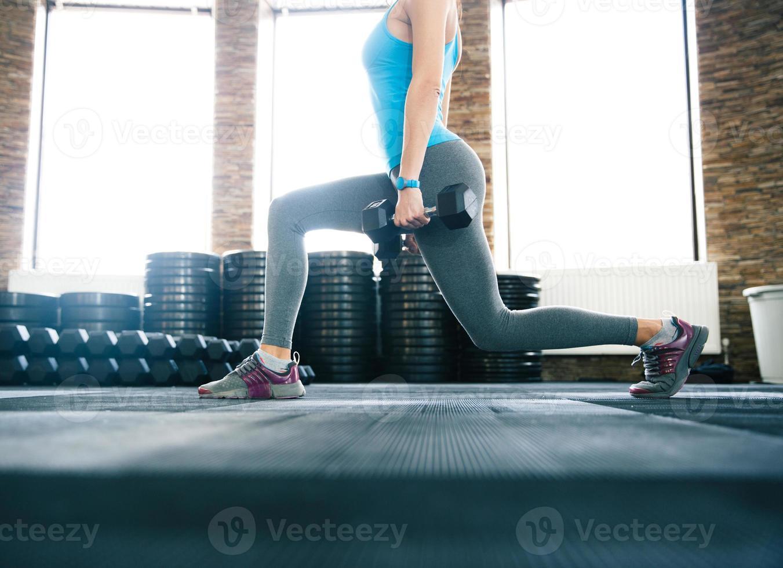 Image gros plan d'une femme travaillant avec des haltères photo