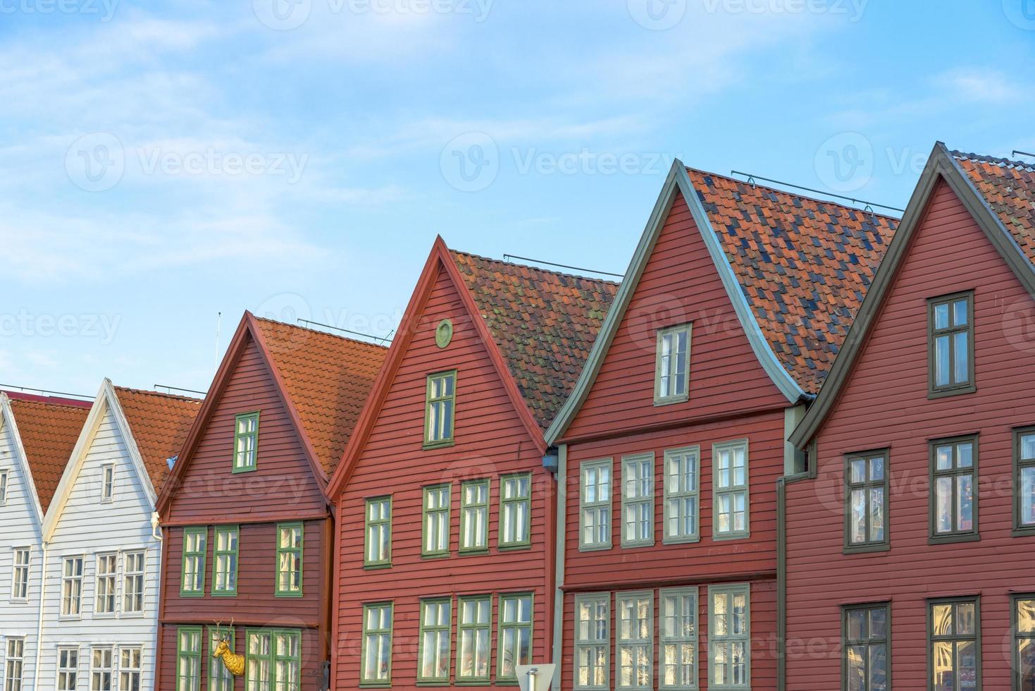 bâtiments historiques de bryggen dans la ville de bergen, norvège photo