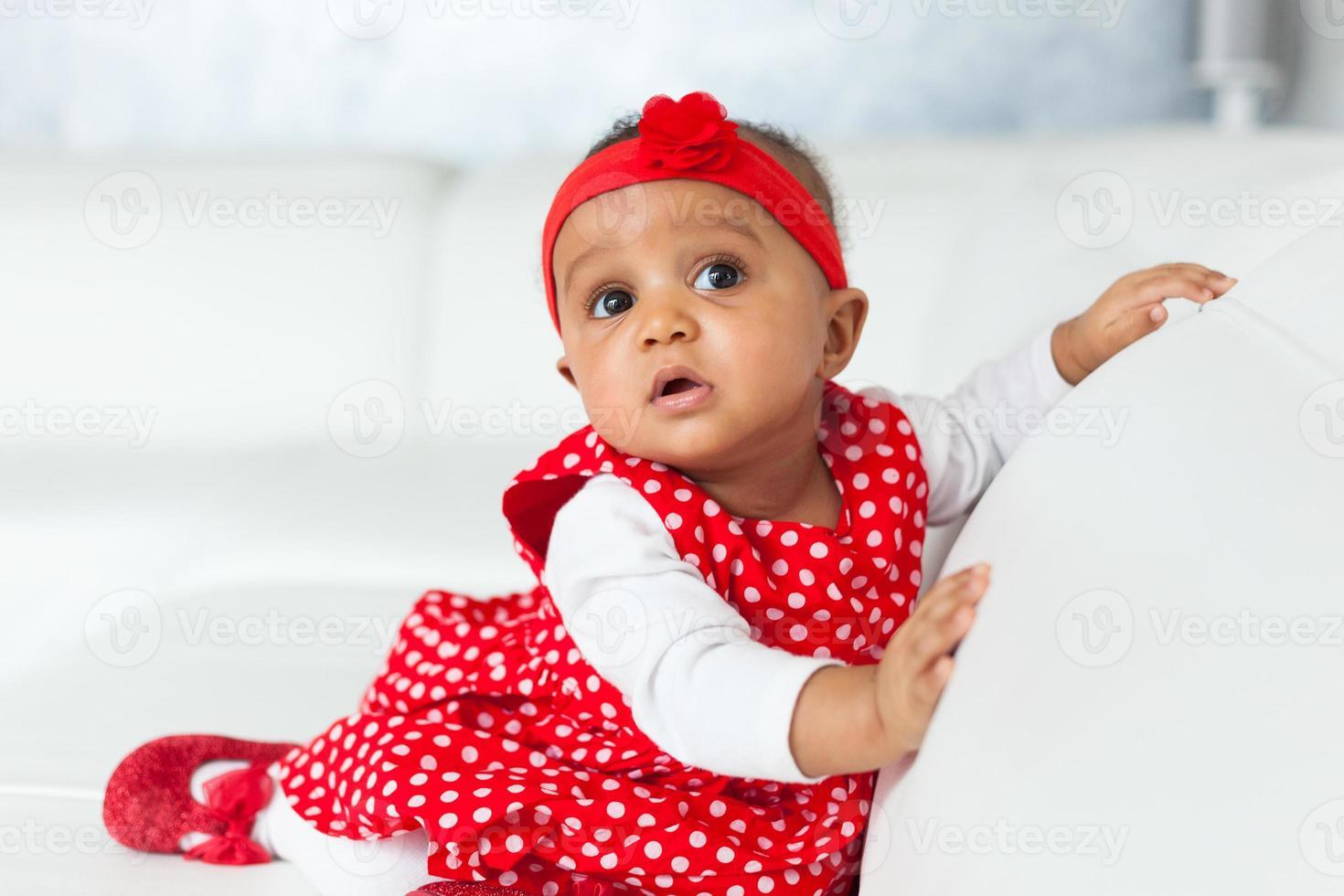 Portrait de petite fille afro-américaine jouant - noir photo