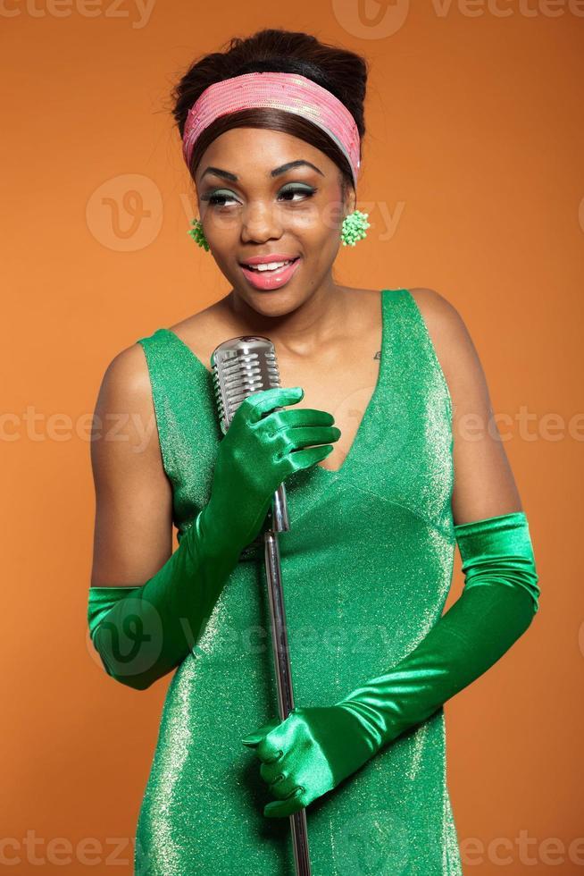femme soul funk vintage chantant. afro-américain noir. photo
