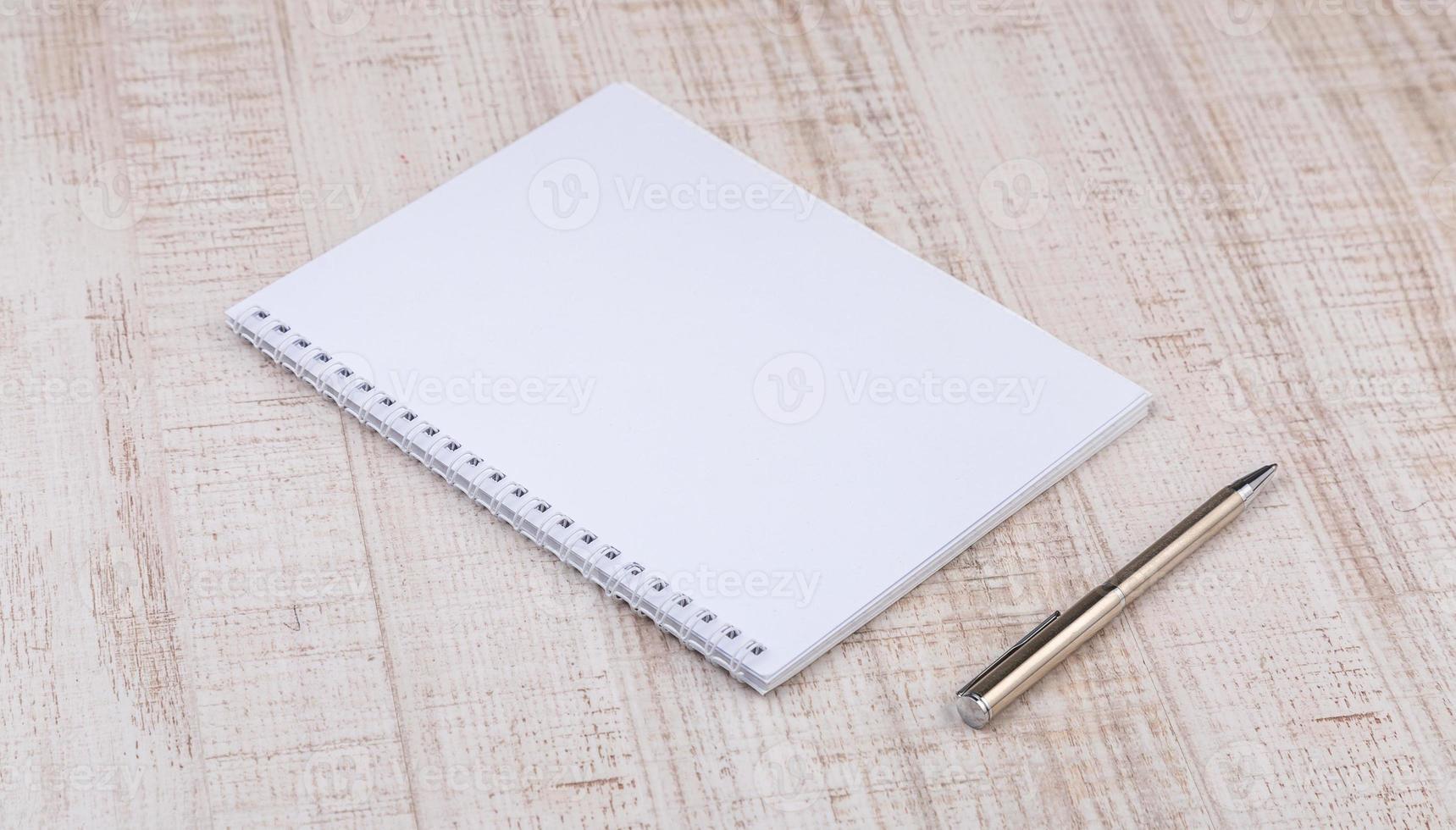 cahier blanc vierge sur le bureau photo
