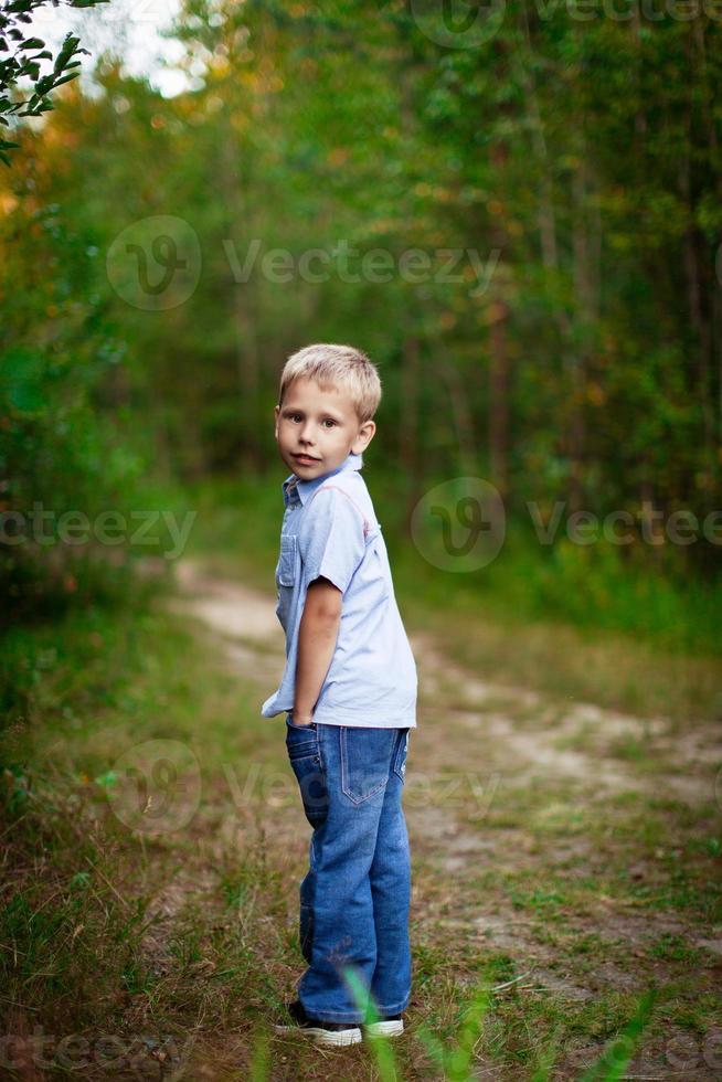 heureux jeune garçon à l'extérieur photo