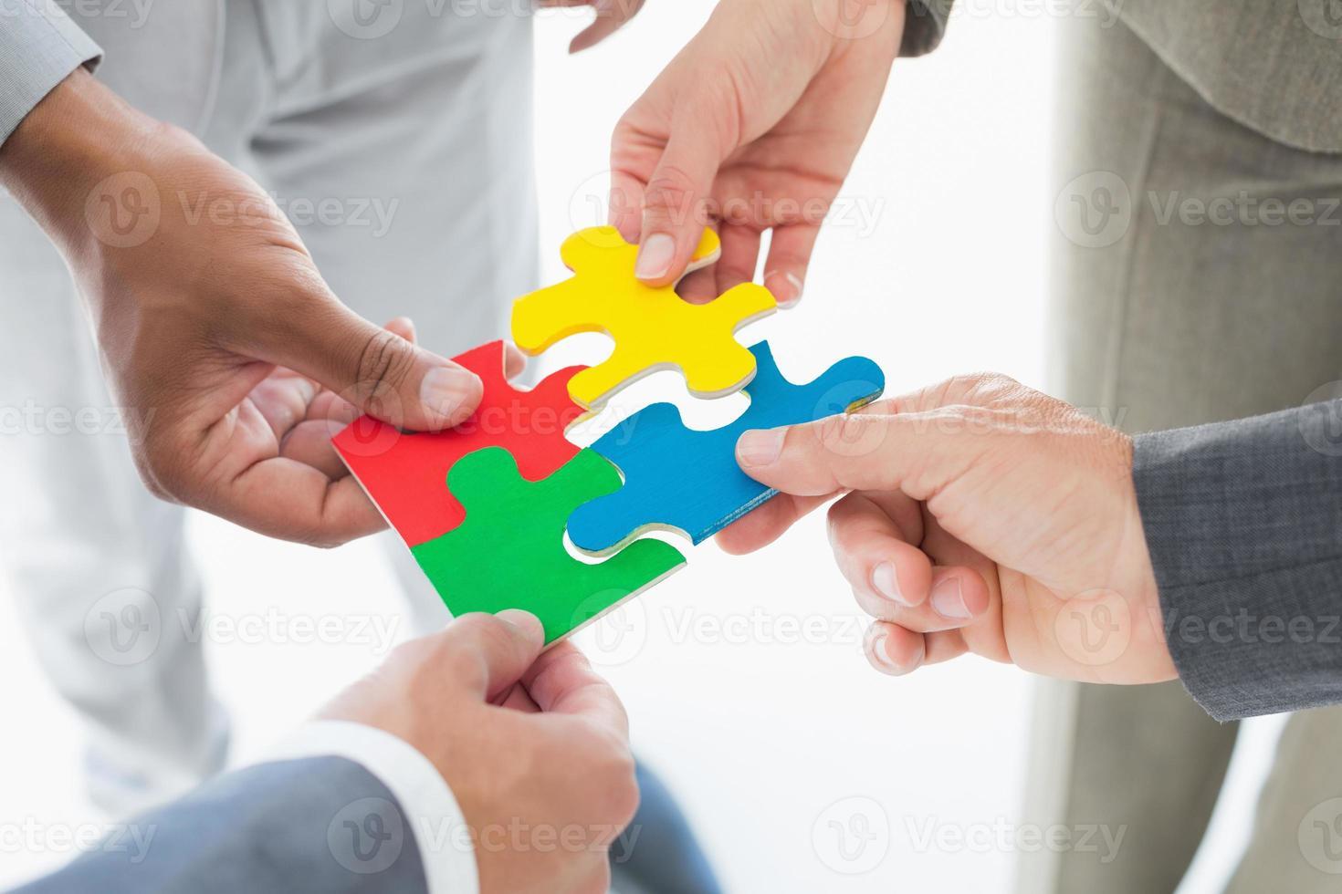 collègues de travail tenant la pièce du puzzle photo