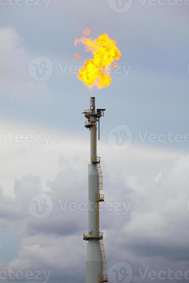 pile de torches dans une raffinerie de pétrole et de gaz photo