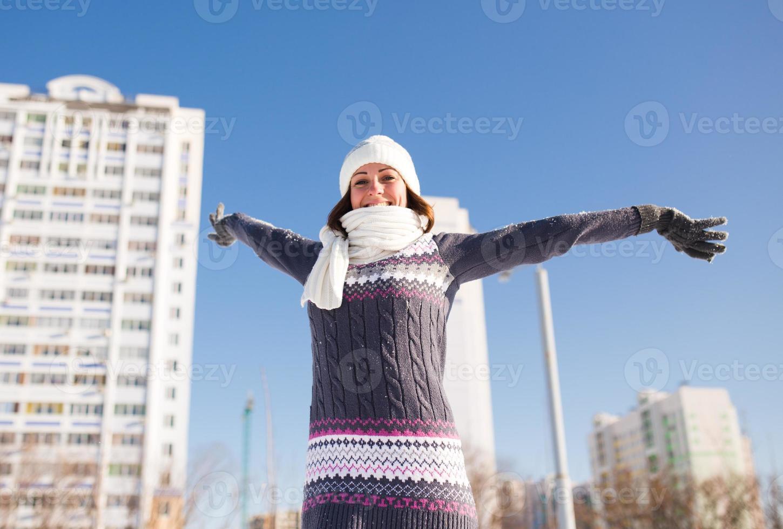 portrait de jeune femme s'amuser et profiter de la neige fraîche photo