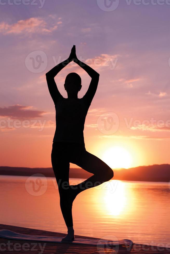 méditer au lever du soleil photo