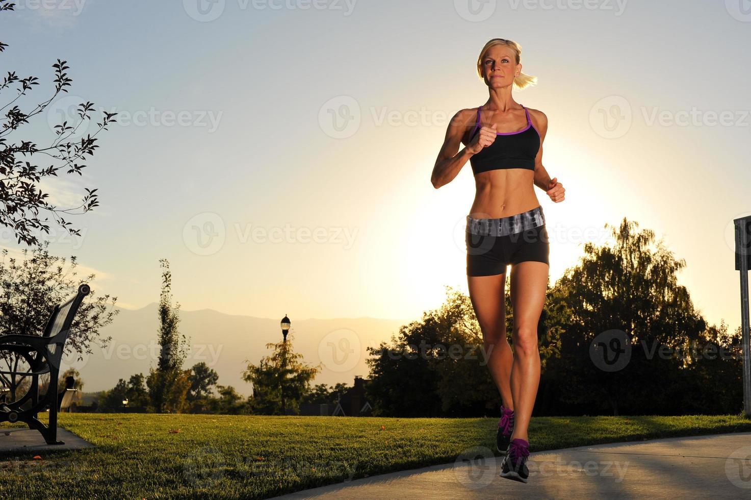 femme athlétique qui court dans le parc photo