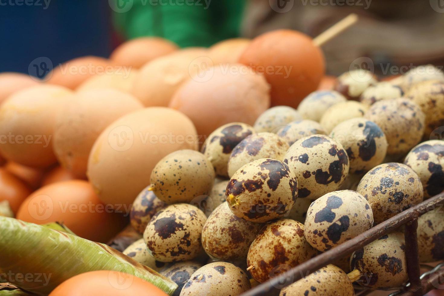œufs de poule grillés sur la cuisinière. photo