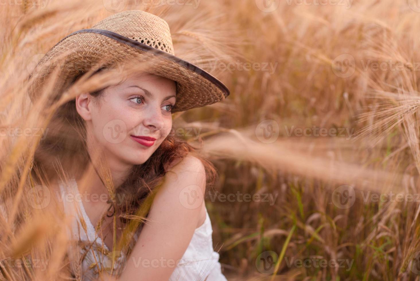 femme dans le champ de blé photo