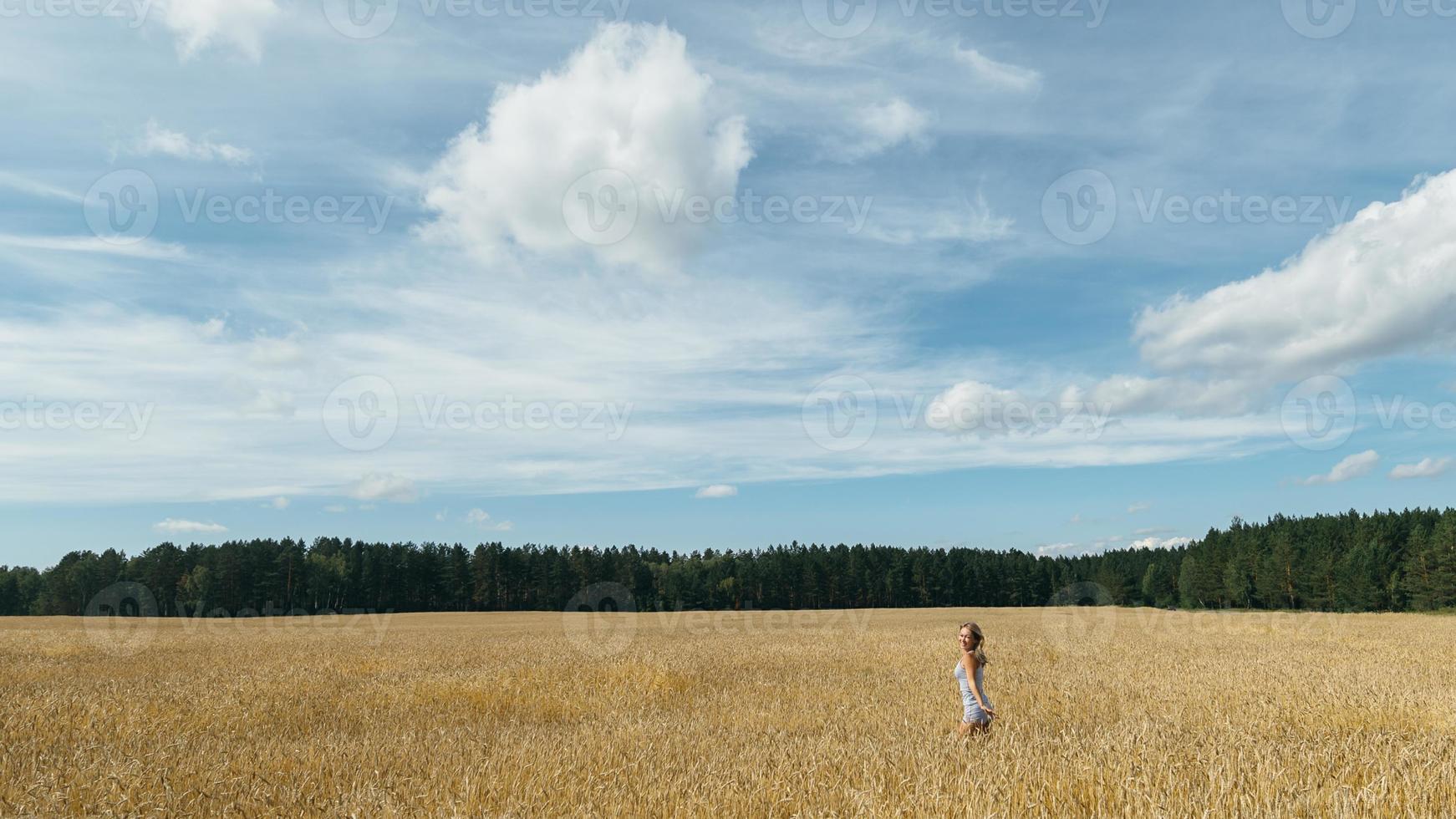fille dans un champ de blé photo