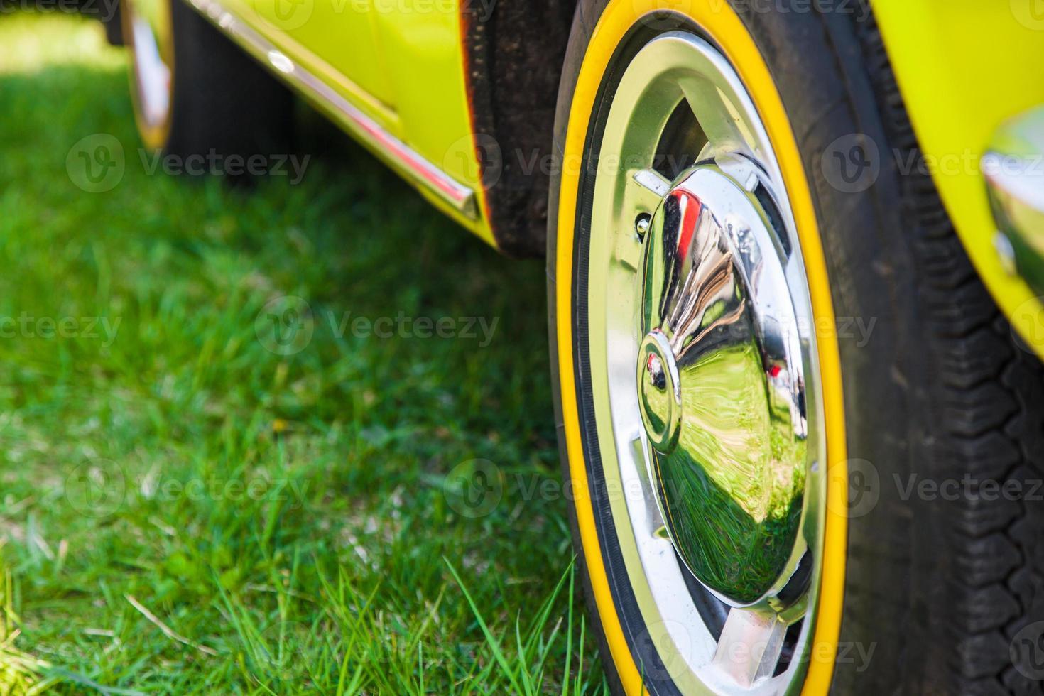 roue de voiture en été photo