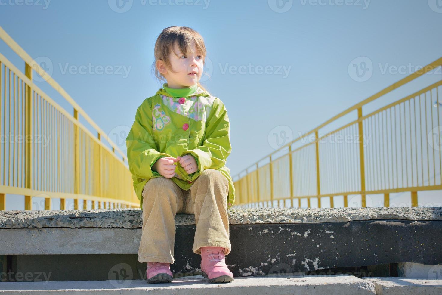 petite fille dans les escaliers regarde ailleurs photo